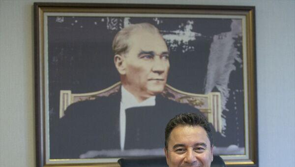 Demokrasi ve Atılım Partisi (DEVA) Genel Başkanı Ali Babacan, parti genel merkezinde gazetecilerle bir araya gelerek, gazetecilerin sorularını yanıtladı. - Sputnik Türkiye
