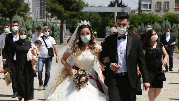 Koronavirüs önlemleri çerçevesinde Diyarbakır'da resmi nikah töreninden maskeyle çıkan çift - Sputnik Türkiye
