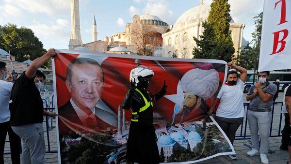 Danıştay'ın camiye dönüşmesine hükmetmesinin ardından Ayasofya önünde Cumhurbaşkanı Erdoğan ile Fatih Sultan Mehmet'in posterini açanlar - Sputnik Türkiye