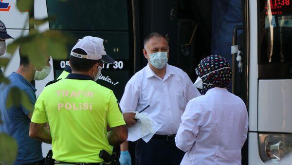 İstanbul'dan otobüsle Karabük'e yolculuk yapan 3 kişilik ailenin koronavirüs sonucu sistemde pozitif gözükünce, otobüste bulunan 12 kişi ev karantinasına alındı. - Sputnik Türkiye