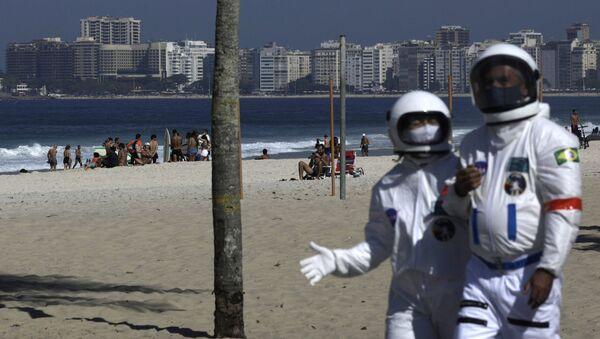 Kovid-19'dan korunmak için astronot kıyafeti giyen yaşlı çift, sahilde dolaştı - Sputnik Türkiye