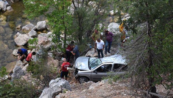 Antalya'nın Alanya ilçesinde uçuruma yuvarlanan otomobildeki 3 kişi öldü, 4 kişi yaralandı. - Sputnik Türkiye