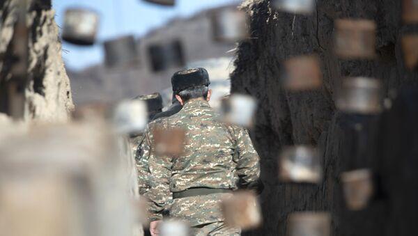 Ermenistan-Azerbaycan sınırında bir asker - Sputnik Türkiye