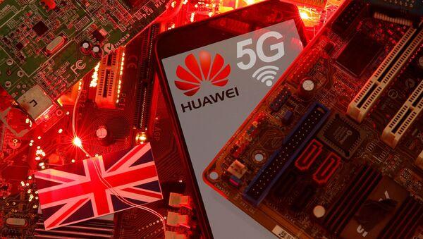 Britanya Bayrağı üzerinde duran 5G ağı logosuyla Huawei marka akıllı telefon (illüstrasyon) - Sputnik Türkiye