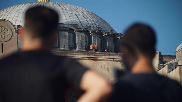 Ayasofya önünde bekleyen vatandaşların heyecanı sürerken, caminin kubbe kısmındaki çalışmalar kameralara yansıdı. - Sputnik Türkiye