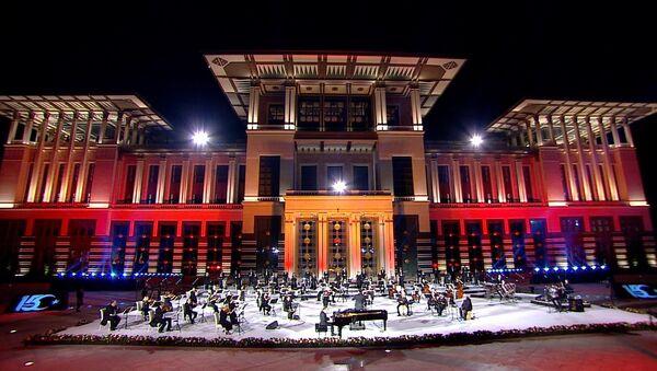 Cumhurbaşkanlığı Külliyesi'nde15 Temmuz Demokrasi ve Milli Birlik Günü'nün 4. yılına özel konser düzenlendi. - Sputnik Türkiye