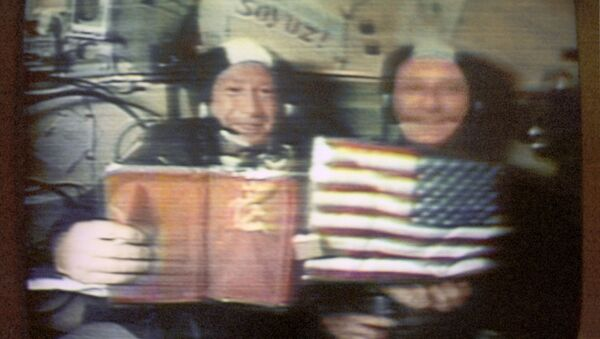 Leonov (solda) ve Stafford, uçuş sırasında düzenlenen ilk uzay basın toplantısında gazetecilerin sorularını yanıtlıyor. - Sputnik Türkiye