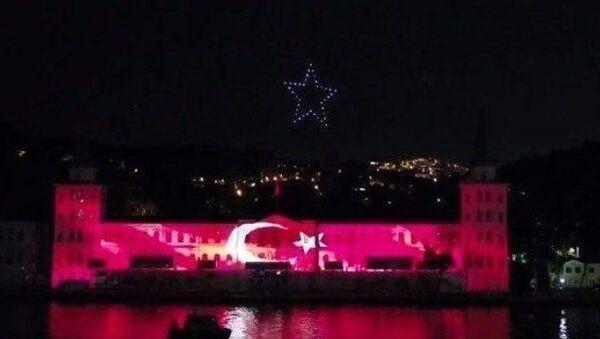 15 Temmuzetkinlikleri kapsamında Kuleli duvarlarında üç boyutlu ışık gösterisi veİstanbul Boğazı'ndaTürkiye'de ilk kez 200 İHA ile 15 Temmuz temalı ışık gösterisi gerçekleştirildi. - Sputnik Türkiye