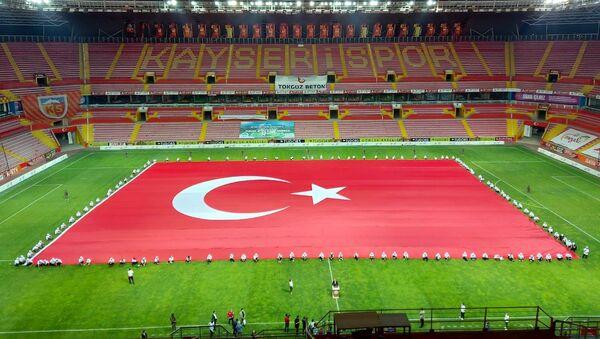 15 Temmuz darbe girişiminin 4. yıl dönümü etkinlikleri kapsamında Erciyes Anadolu Holding tarafından yaptırılan 3 bin 38 metrekare ve 418 kilo ağırlığındaki Türk bayrağı açıldı. - Sputnik Türkiye