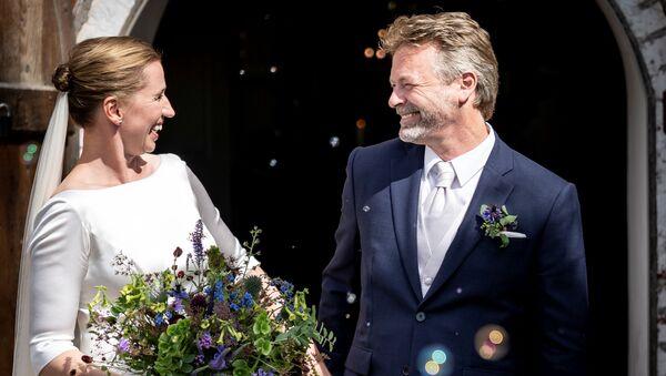 Sonuncusu koronavirüs zirvesi nedeniyle olmak üzere tam üç kere düğününü erteleyen Danimarka Başbakanı Mette Frederiksen, nişanlısı Bo Tengberg ile sonunda evlendi.   - Sputnik Türkiye