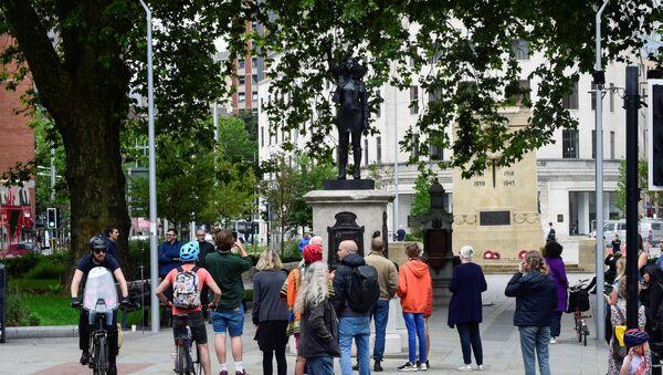 İngiltere'de ırkçılık karşıtı protestolar sırasında devrilen köle taciri Edward Colston'un heykelinin yerine dikilen Jen Reid heykeli - Sputnik Türkiye
