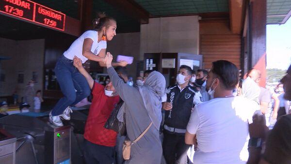 Eminönü İskelesi'nde turnikeye çıkarak uçan tekme attı - Sputnik Türkiye