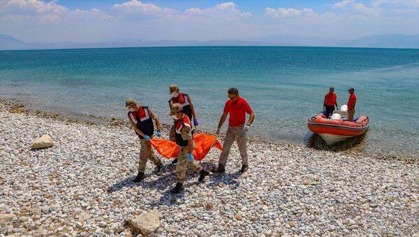 Van'da 27 Haziran'da göle açılan teknenin batması sonucu kaybolan kişilerden 2'sinin daha cesedine ulaşıldı. - Sputnik Türkiye