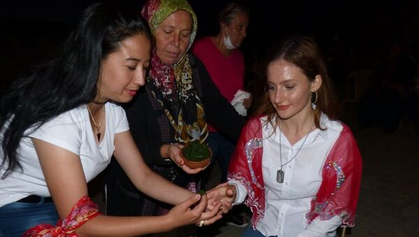 Milli Savunma Üniversitesi'ni kazanan kızı için kına gecesi düzenledi - Sputnik Türkiye