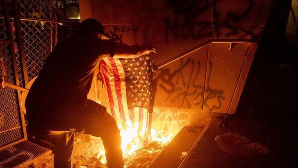 ABD'nin Portland kentinde protestocular mahkeme binasını ateşe verdi - Sputnik Türkiye