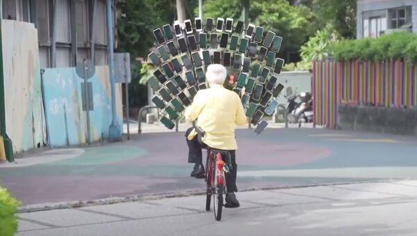 64 akıllı telefonu bisiklete bağlayarak Pokemon Go oynayan Tayvanlı dede - Sputnik Türkiye