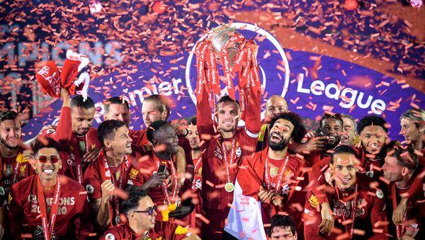 Liverpool şampiyonluk kupasını kaldırdı - Sputnik Türkiye