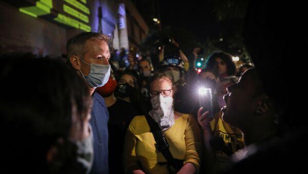 ABD'nin Oregon eyaletinin Portland kentinde Demokrat Partili Belediye Başkanı Ted Wheeler protestocularla konuşurken - Sputnik Türkiye