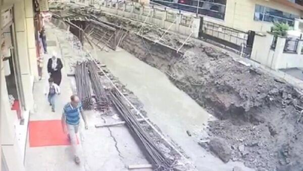 Rize'de yolun çökme anı kamerada  - Sputnik Türkiye