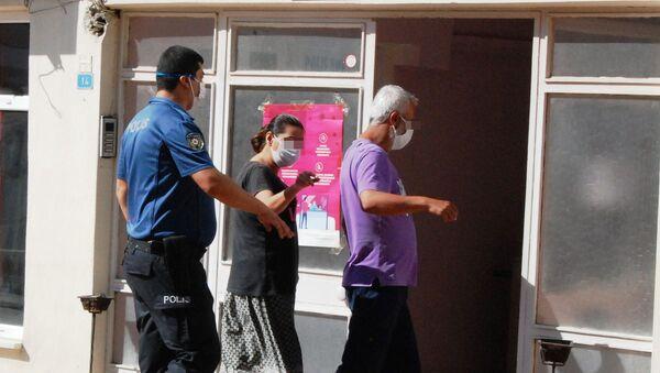 Çanakkale'nin Bayramiç ilçesinde, ikiz kız çocuklarının taciz edildiği iddiasıyla 4 kişi gözaltına alındı. Kızların annesi, beraber yaşadığı kişi ve oğlu tutuklanırken, 16 yaşındaki bir kişi de adli kontrolle serbest bırakıldı. - Sputnik Türkiye