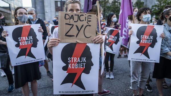 Polonya'nın başkenti Varşova'da aşırı muhafazakar hükümetin İstanbul Sözleşmesi'nden çekilme kararını protesto eden kadınlar Bırakın yaşayalım, Kadın grevi yazılı pankartlar da açtı. - Sputnik Türkiye
