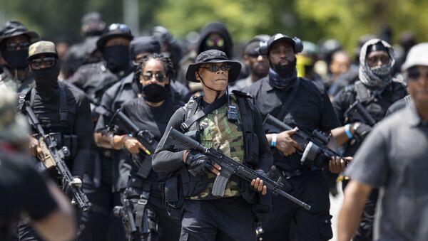 ABD'nin Kentucky eyaletinin Louisville şehrinde siyah bir milis grubun üyeleri, Mart ayında evine giren polisler tarafından öldürülen 'Breonna Taylor için adalet' istedi. - Sputnik Türkiye