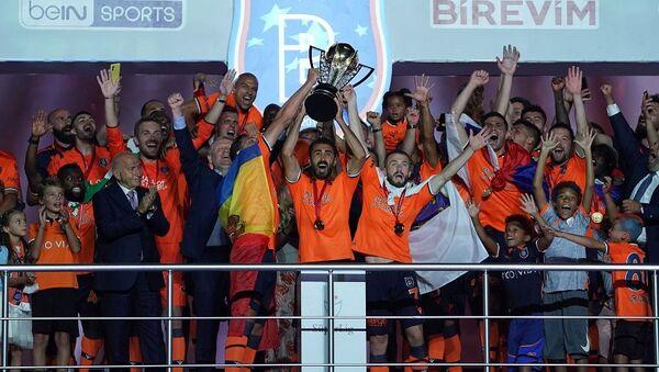 Medipol Başakşehir şampiyonluk kupasını aldı - Sputnik Türkiye