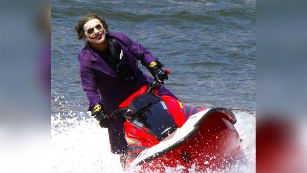En ünlü kötü karakterlerden biri ve Batman'in baş düşmanı Joker'in kılığına girip New York'ta sörf yapması viral olurken farklı yorumlar geldi.  - Sputnik Türkiye