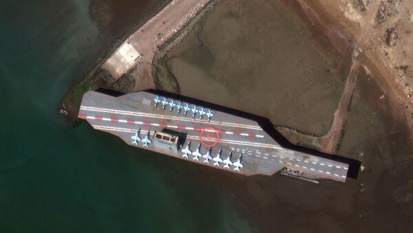 İran'ın deniz tatbikatlarında kullandığı ABD uçak gemisi maketi - Sputnik Türkiye