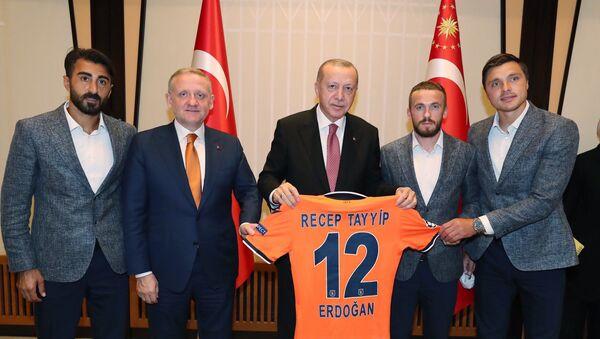 Medipol Başakşehir heyeti Cumhurbaşkanlığı'na gitti: 12 numaralı forma Erdoğan'a hediye edildi - Sputnik Türkiye
