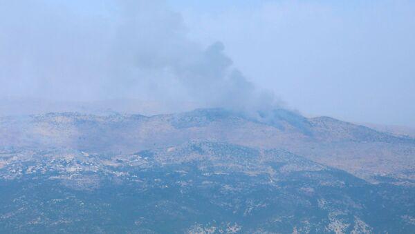 Lübnan'ın güneyindeki Marcayun köyünden gözüken Şeba Çiftlikleri bölgesinden yükselen dumanlar - Sputnik Türkiye