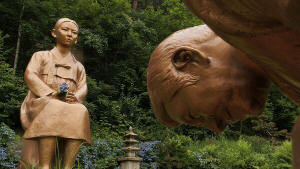 Pyeongchang'daki Kore Botanik Bahçesi'ne dikilen 'Ebedi Kefaret' adlı heykelde, Güney Koreli bir kadının önünde dizlerinin üstüne çökerek özür dileyen figürün Japonya Başbakanı Şinzo Abe'ye benzetilmesi üzerine diplomatik kriz çıktı. - Sputnik Türkiye