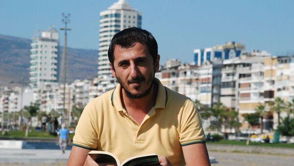 5 yıl önce toplu taşımada kitap okurken gizlice fotoğrafı çekilip ayrımcı bir dille eleştirilen Ali Uçar - Sputnik Türkiye