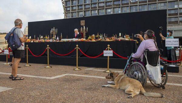Tel Aviv'in Rabin Meydanı'na yerleştirilen 'Son Yemek' enstalasyonuna, Başbakan Netanyahu'ya muhalif İsrailliler yoğun ilgi gösterdi. - Sputnik Türkiye