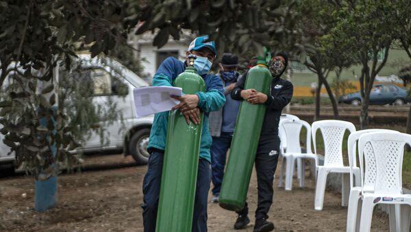Salgın kaynaklı can kaybının ve vaka sayılarının giderek arttığı Peru'nun başkenti Lima'da, koronavirüs hastalarına mobil bir üretim aracıyla 'bedava oksijen tüpü' dağıtılıyor. Ordunun kontrolünde olan araçlara boş tüplerini getiren halk, yeniden oksijen doldurtup salgınla mücadele eden yakınlarına taşıyor. - Sputnik Türkiye