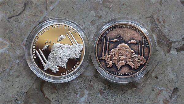 Ayasofya-i Kebir Cami-i Şerifi gümüş üzeri altın kaplama hatıra paraları - Sputnik Türkiye