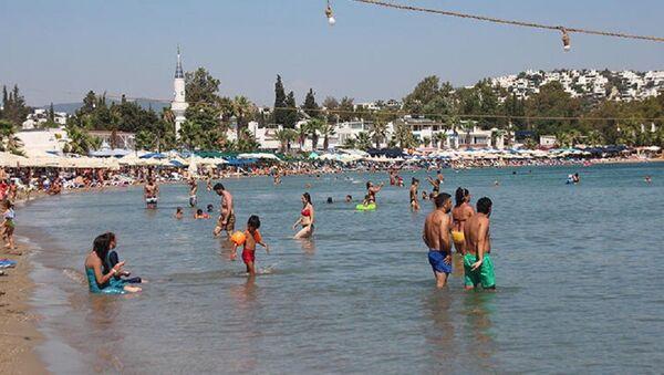 Bodrum'da denize giren yerli turistler, kameralara böyle yansıdı. - Sputnik Türkiye