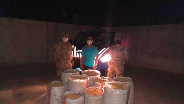 Gaziantep'in Karkamış ilçesinde ağaçlardan yaklaşık 2 ton Antep fıstığı çaldığı iddiasıyla iki zanlı gözaltına alındı. Çalınan yaklaşık 2 ton Antep fıstığı, Nizip ilçesindeki bir fıstık kavlatma tesisinde ele geçirildi ve sahibine teslim edildi. - Sputnik Türkiye