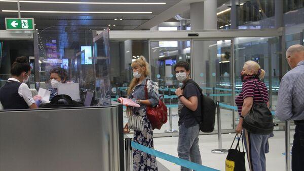 Rusya'ya, koronavirüs (Kovid-19) nedeniyle ara verilen tarifeli seferlere yeniden başlandı. İstanbul Havalimanı'ndan başkent Moskova'ya seyahat eden yolculardan Azat Saifulin, son altı aydır İsviçre ve Danimarka'da kaldığını, geçen ay memleketi Rusya'ya gitmeye karar verdiğini söyledi. - Sputnik Türkiye