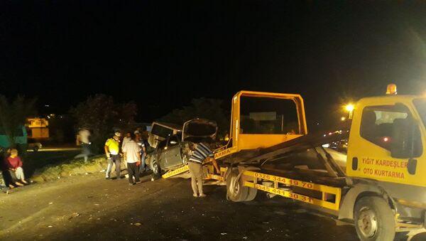 Hatay'ın Kırıkhan ilçesinde bir kamyonet kırmızı ışıkta duramayınca karşı yönden gelen başka bir otomobile çarptı. Kazada 1 kişi yaralandı. - Sputnik Türkiye