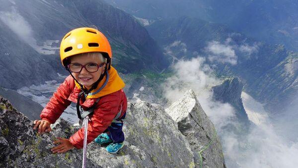 Daha neredeyse yeni yürümeye başlayan 3 yaşındaki İngiliz bir çocuk, İtalya ile İsviçre sınırında bulunan ve 3 bin metreden fazla yüksekliğe sahip Piz Badile'ye ulaşabilen en genç kişi unvanını elde etti. - Sputnik Türkiye