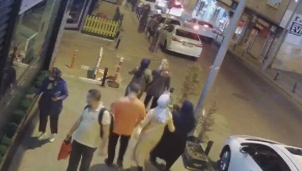 Bayrampaşa'da bir kadın saksıdaki fesleğeni çaldı - Sputnik Türkiye