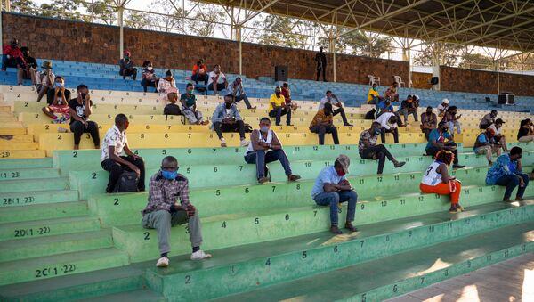 Salgın tedbirlerini ihlal ederken yakalanan Ruandalılar, tüm gece boyunca koronavirüsün tehlikelerine karşı ders dinlemek üzere stadyumlara götürülüyor. - Sputnik Türkiye