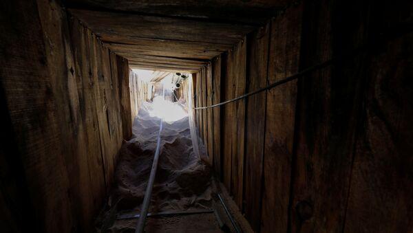 ABD'li göçmenlik yetkilileri, Meksika sınırında iki ülke arasında geçişi sağlayan bir tünel bulduklarını ve bunun 'ABD tarihinin en ileri teknolojili tüneli' olduğunu açıkladı. - Sputnik Türkiye