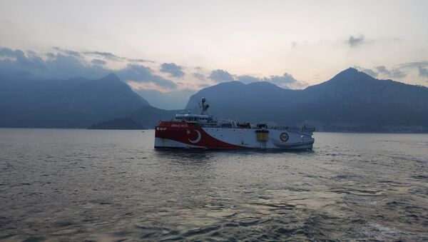 Akdeniz'de sismik arama yapmaya hazırlananOruç Reis araştırma gemisi - Sputnik Türkiye