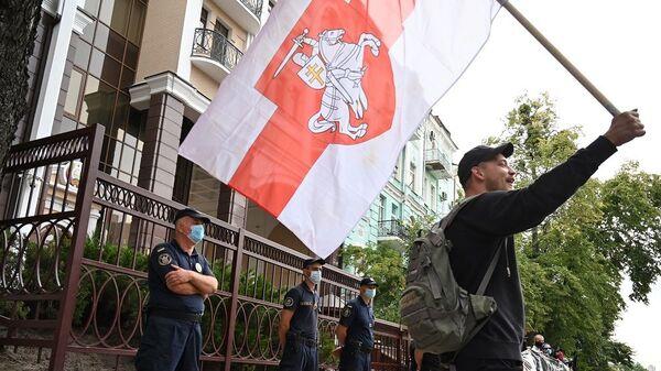 Minsk'teki protestolara Kiev'deki Belarus Büyükelçiliği önünde toplanan kalabalıktan destek - Sputnik Türkiye
