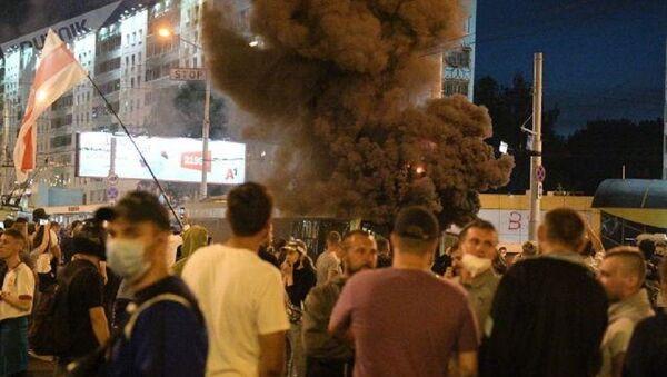 Minsk'te göstericiler troleybüs yaktı  - Sputnik Türkiye