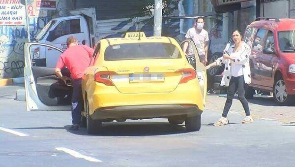 İstanbul'da maskesiz yolcu alan taksici ceza kesilince polise tepki gösterdi - Sputnik Türkiye