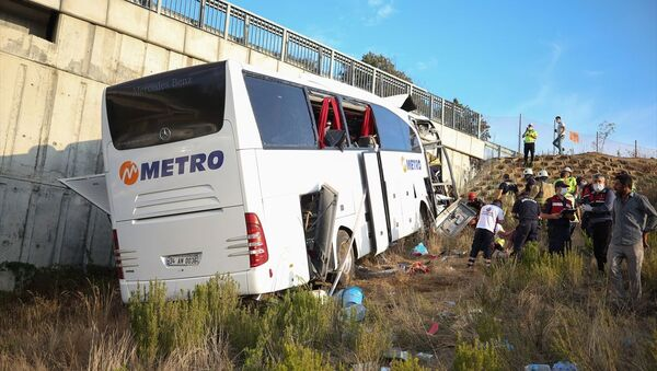 İstanbul Kuzey Marmara Otoyolu'nda yolcu otobüsü, ilk belirlemelere göre üst geçide çarptı. Kazada ölü ve yaralıların olduğu bildirildi. - Sputnik Türkiye
