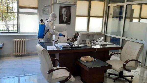 Tekirdağ'ın Şarköy ilçesi Tapu Müdürlüğü'nde görevli memur A.D.'nin bayram tatili için gittiği memleketi Şanlıurfa'dan dönüştü koronavirüse yakalandığının belirlenmesi nedeniyle, müdürlük çalışanları izolasyona alındı. Tapu Müdürlüğü de, önlem amaçlı kapatılarak işlemlere ara verildi. - Sputnik Türkiye